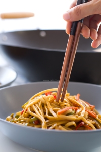 Vegan-Stir-Fried-Udon-Noodles-This-15-minute-stir-fry-is-so-easy-and-so-yummy-minimaleats.com-minimaleats-vegan-5